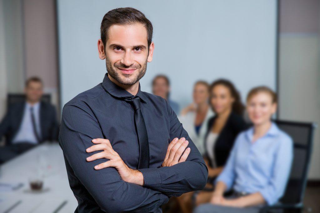 photo représentant un employeur avec ses salariés en arrière-plan