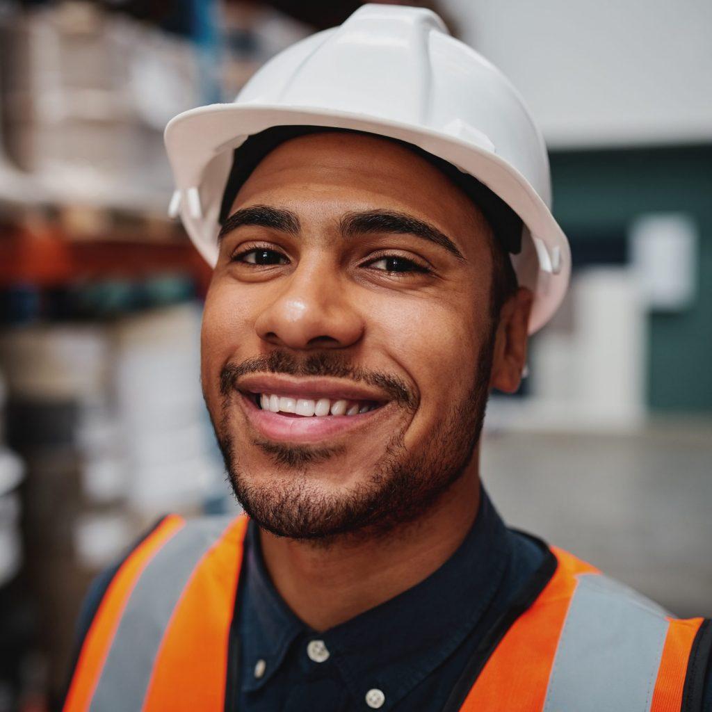 Portrait d'un homme travaillant sur un chantier